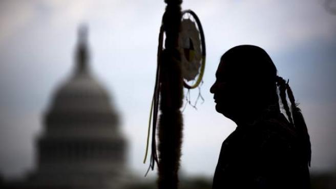 Fotografía de archivo de abril de 2014 que muestra a un miembro de los Sioux en Dakota durante una protesta en contra de la construcción del oleoducto de Dakota Access en Washington, Estados Unidos.