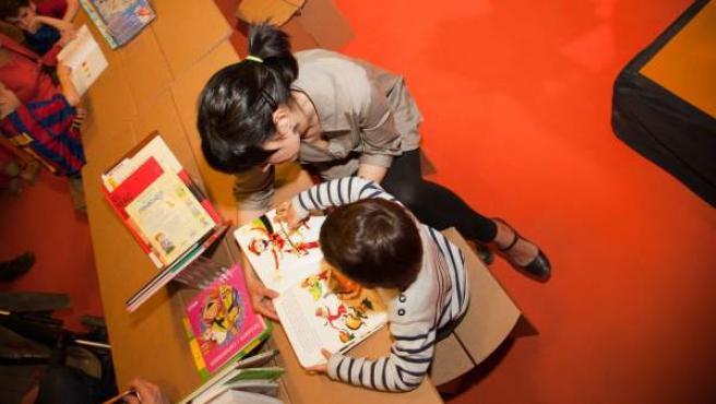 Una madre y su hijo leen juntos un cuento.