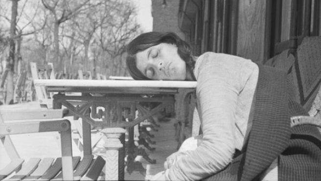 Una chica duerme sobre una mesa en Madrid. Foto de Eli Lotar de 1936