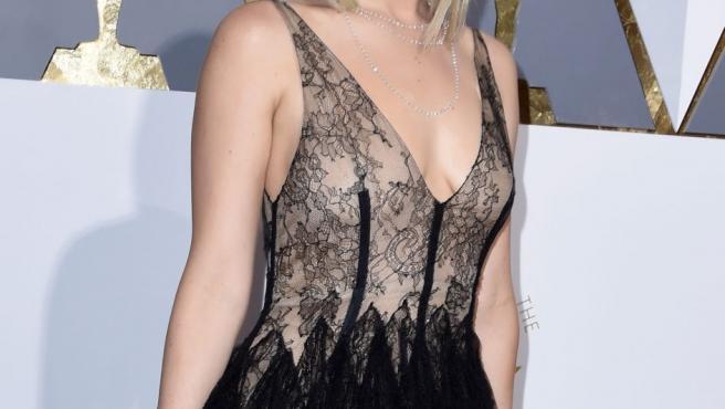 La actriz Jennifer Lawrence posa para los fotógrafos en la alfombra roja de los Oscar.
