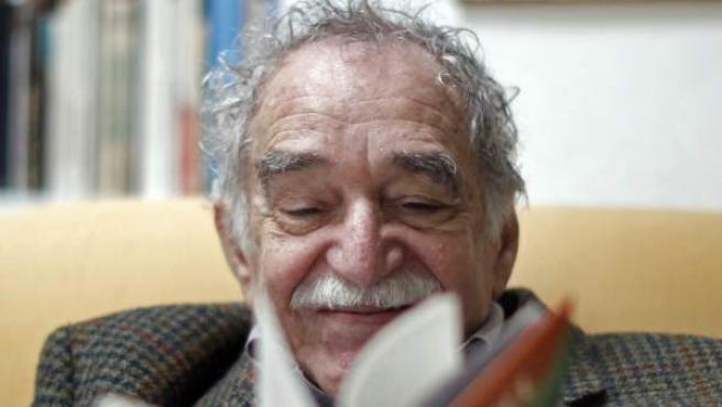 García Márquez, en su residencia de México, ojeando su libro Yo no vengo a decir un discurso. El escritor ha muerto en México a los 87 años de edad.