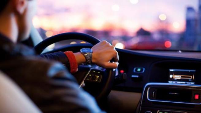 Hombre conduciendo, al volante
