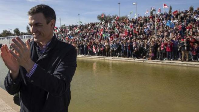 El exsecretario general del PSOE Pedro Sánchez aplaude en el Parque Tecnológico de Dos Hermanas (Sevilla), donde ha anunciado que se presentará a las primarias para volver a liderar el partido