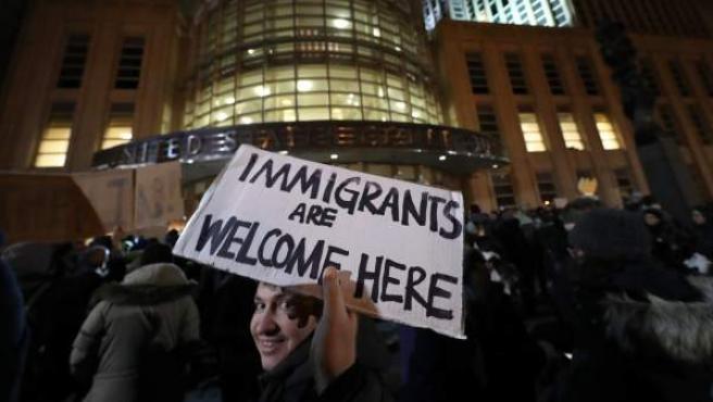 Decenas de personas se reúnen fuera de la corte de distrito de Nueva York, donde un juez emitió una suspensión de emergencia para las personas retenidas en los aeropuertos, en Brooklyn, Nueva York.