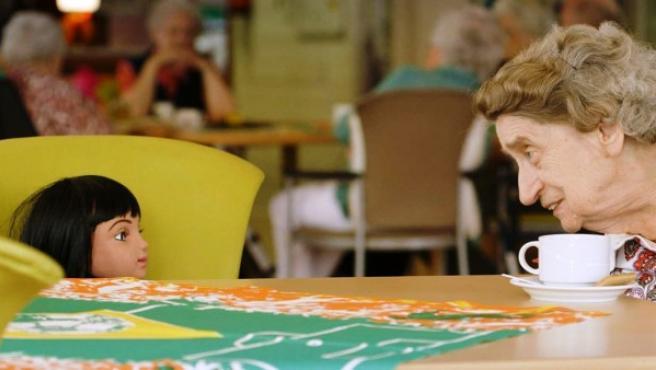 Fotograma del documental 'Alice Cares' sobre un robot que cuida a una anciana
