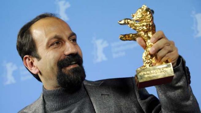 El director iraní Asghar Farhadi posa con el Oso de Oro a la mejor película por 'Nader and Simin. A Separation'.