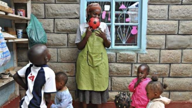 Varios niños juegan en una guardería en Kenia.