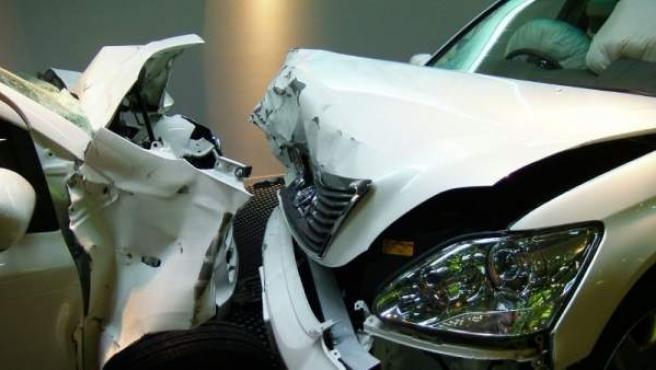 Imagen del estado de dos coches tras un choque frontal.