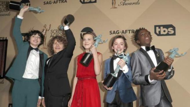 Finn Wolfard, Gaten Matarazzo, Millie Bobby Brown, Noah Schapp and Caleb McLaughlin, protagonistas de Stranger Things, posan con sus premios SAG.
