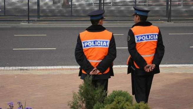 Dos miembros de la policía argentina.