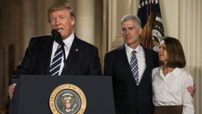 """El juez es conservador, antiaborto y ha defendido la pena de muerte y la libertad religiosa por encima de las regulaciones del Gobierno: """"Quiere hacer cumplir la ley""""; dice Trump."""