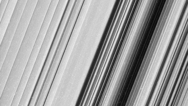 Fotografía del anillo B de Saturno con un detalle sin precedentes, tomada por la sonda espacial Cassini.