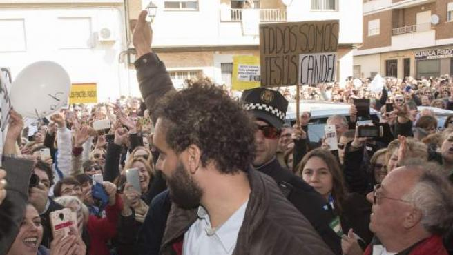 El doctor Candel, arropado por cientos de personas, a su llegada al Juzgado de Paz de Albolote (Granada).