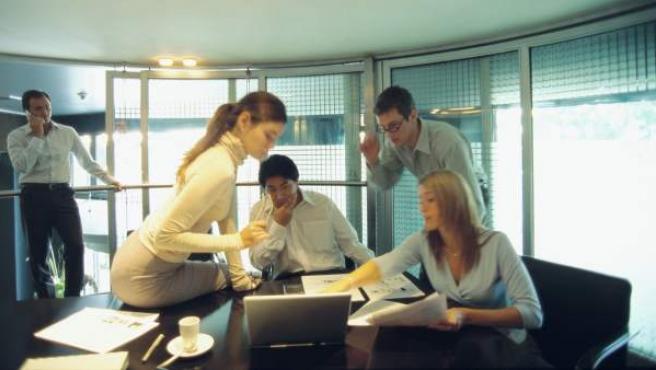 Un grupo de trabajadores reunidos en su oficina.
