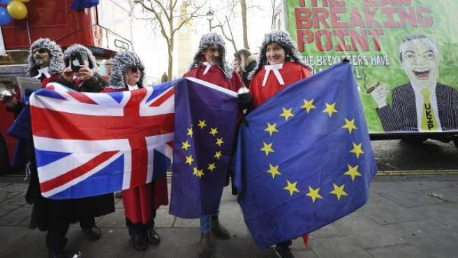 Manifestantes contrarios al 'brexit' participan en una protesta ante el Tribunal Supremo en Londres, Reino Unido.