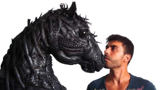 El madrileño Ángel Cañas con una de sus esculturas, hecha a partir de neumáticos.