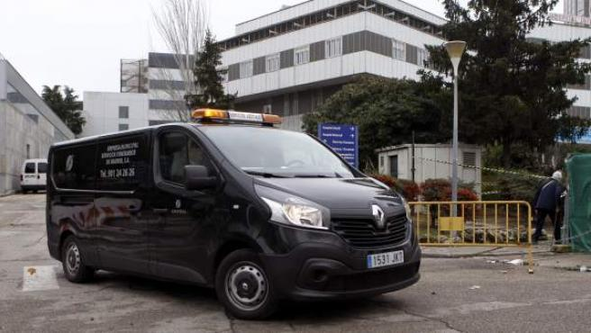 Un coche fúnebre sale del Hospital La Paz, donde un hombre mató a su bebé tirándose con ella de una ventana.