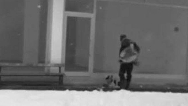 El hombre que cubrió con su chaqueta a un perro aterido de frío.