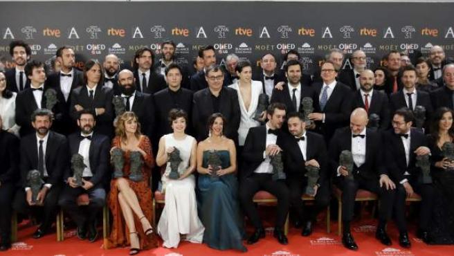 Los premiados posan con sus galardones al término de la gala de entrega de la 31 edición de los Premios Goya.