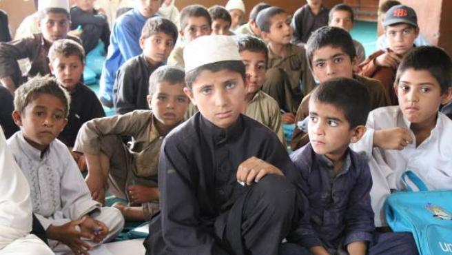 Niños en clase en un pueblo de Afganistán.
