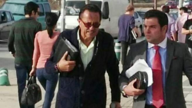 Julián Muñoz entrando en los juzgados.