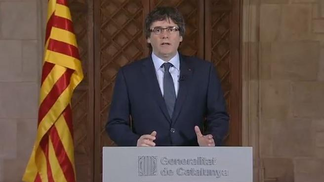 El presidente de la Generalitat, Carles Puigdemont, durante su discurso institucional en relación al comienzo del juicio por la consulta del 9-N.