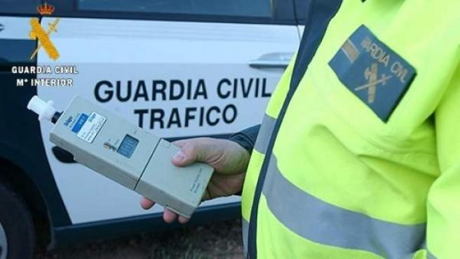 Un control de alcoholemia de la Guardia Civil de Tráfico.