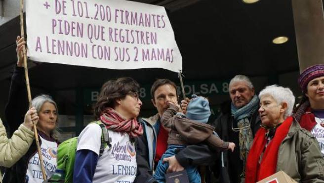 María José Torres y Brenda Kelleher, entregando firmas contra su discriminación en la inscripción de su hijo.