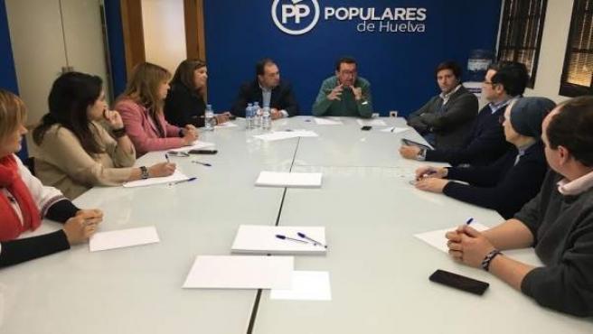 El presidente del PP de Huelva, Manuel Andrés González, con directores de centro