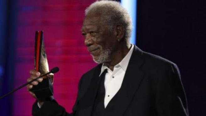 El actor Morgan Freeman, recogiendo el premio AARP.