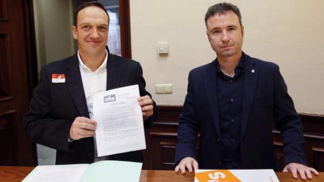 Miguel Ángel Esteban, del Observatorio Justicia y Defensa Animal, y el diputado de Ciudadanos Guillermo Díaz entregan las firmas en el Congreso.