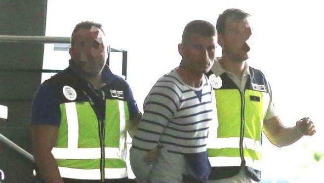Agentes de la Policía Nacional salen del hotel donde detuvieron a Dosanu P. (c), el joven de 32 años que presuntamente asesinó a su pareja en Almería.