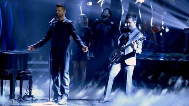 El cantante Ricky Martin (izda) actúa junto a la banda Camila en la gala de Los Grammy Latino en Las Vegas.