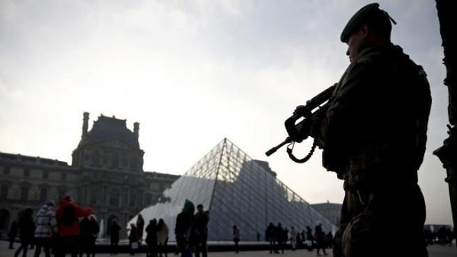 Fotografía de archivo que muestra a un soldado que monta guardia.