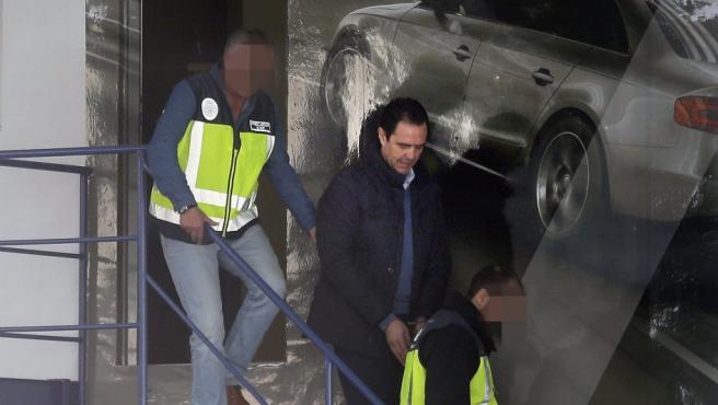 Miguel López (c) , yerno de la viuda del expresidente de la Caja del Mediterráneo (CAM), Vicente Sala, detenido como presunto autor del crimen.