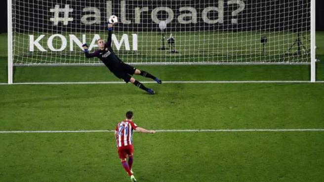 Kevin Gameiro falla un penalti ante Cillessen en el Barça - Atlético de Copa.