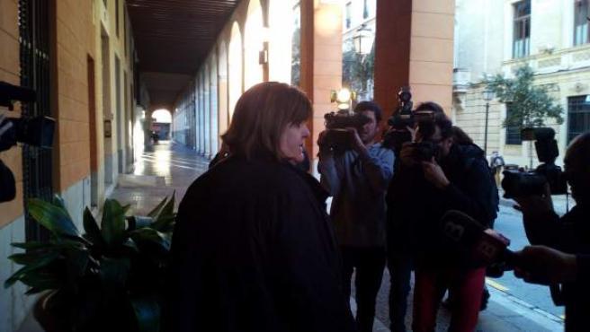 Xelo Huertas sale del edificio del Parlament