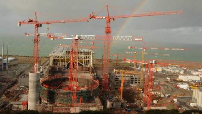 Fotografía de archivo realizada el 26 de noviembre de 2009 que muestra la construcción de un reactor nuclear de tercera generación en la central nuclear de Flamanville, situada al noroeste de Francia.