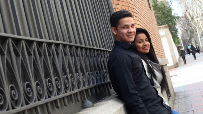 Manuel y Catalina, dos jóvenes desvinculados de las FARC, ante la embajada de Colombia en Madrid.