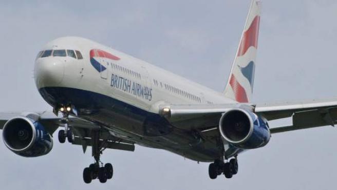 Avión de la compañía aérea inglesa 'British Airways' aterrizando en el aeropuerto Heathrow, en Londres.