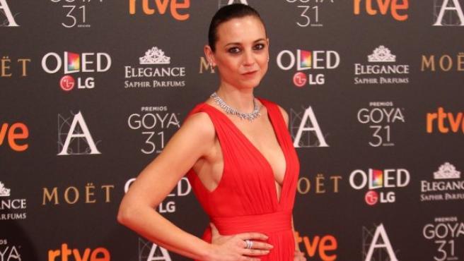 La actriz Leonor Watling posa, con un elegante diseño en rojo de Alberta Ferretti, durante el photocall de los Premios Goya 2017.