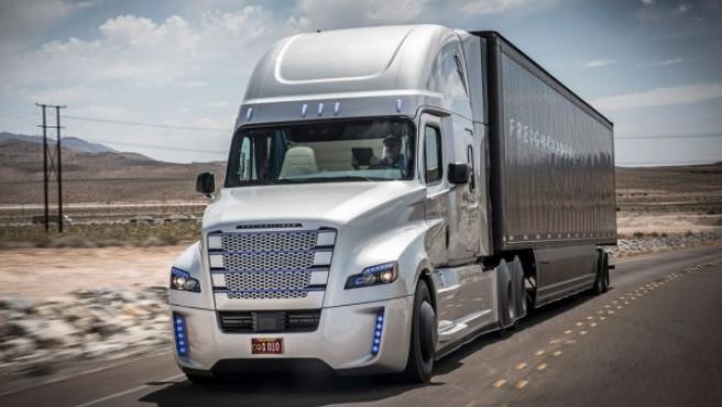Este camión autónomo de la compañía Daimler ha sido el primero en circular por carretera.