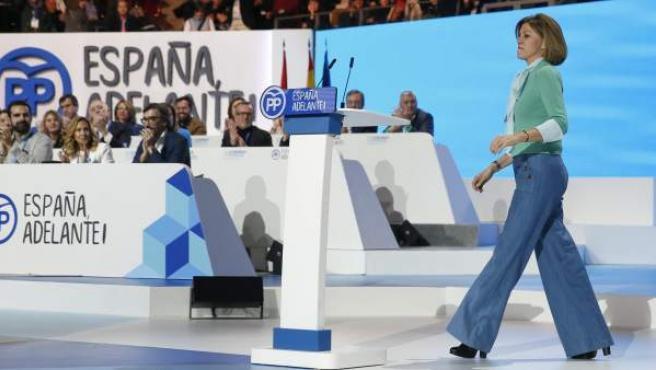 La secretaria general del PP, María Dolores de Cospedal, se dirige al atril durante el congreso nacional del partido en la Caja Mágica de Madrid.