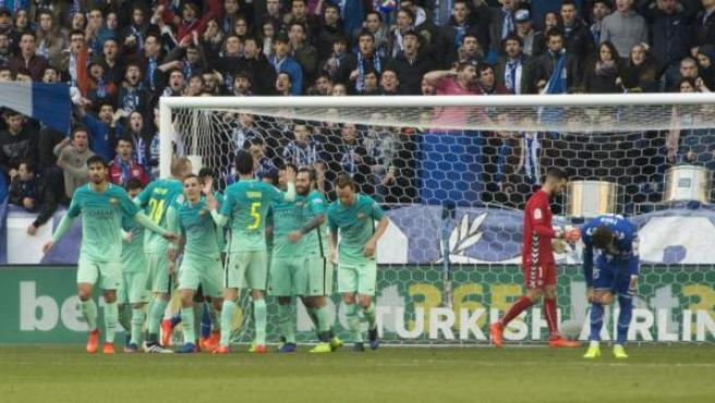 El FC Barcelona celebra un gol en su visita al Alavés.
