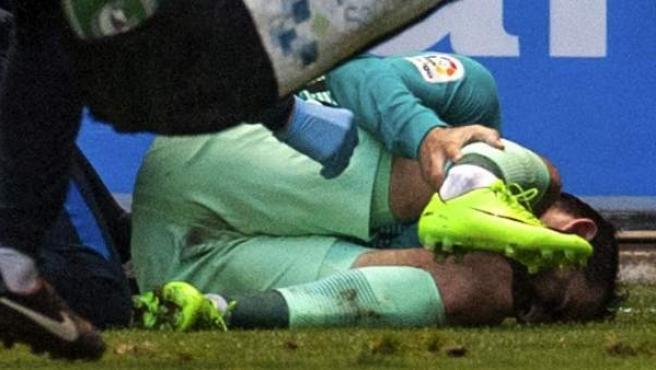 El jugador del FC Barcelona Aleix Vidal se lesiona durante el partido ante el Deportivo Alavés.
