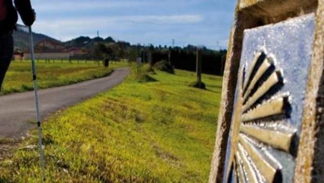Peregrino recorre un tramo asturiano del Camino de Santiago.