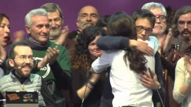 Abrazo entre Iglesias y Errejón tras conocerse la victoria del primero en Vistalegre 2.