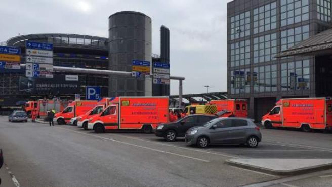 Ambulancias y coches de bomberos a las puertas del aeropuerto de Hamburgo.