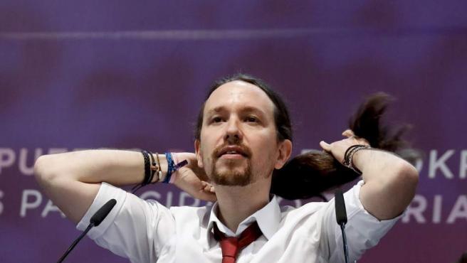 El secretario general de Podemos, Pablo Iglesias, se arregla la coleta durante su intervención en la segunda jornada de la Asamblea Ciudadana Estatal de Vistalegre II.