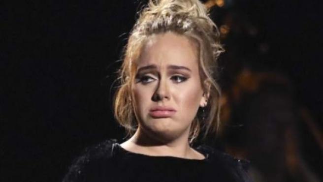 La cantante británica Adele, tras terminar su canción homenaje a George Michael, que tuvo que repetir.